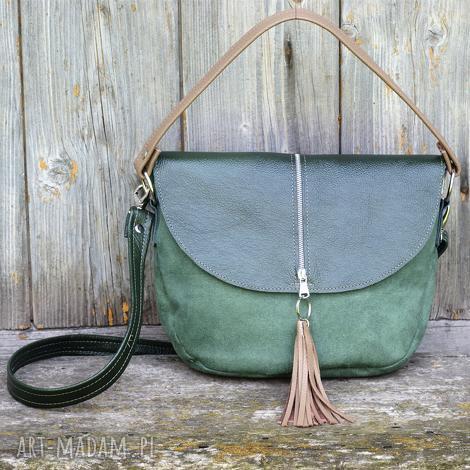 zielona z klapą i frędzlem, torebka, listonoszka, klapa, kieszeń, praktyczna