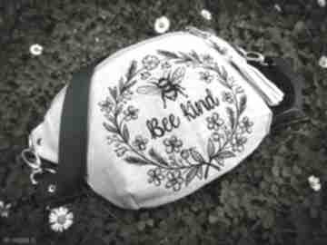 minimała-nerka-torebka haftowana lniana pszczółka zapętlona-nitka