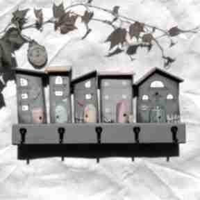 Wieszak z domkami w odcieniach szarości no 2 wieszaki pracownia