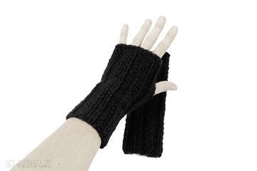 Czarne mitenki z wełną zrobione na drutach rękawiczki