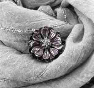 1281 mela broszka z żywicy kwiat, fuksja broszki art broszka