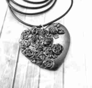 1006 mela - wisiorek serce z polimeru różami wisiorki art