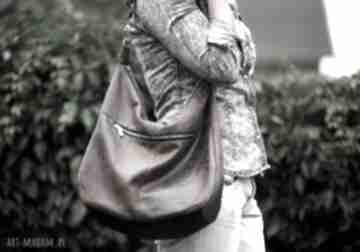 Brązowa torba w kształcie worka z eko zamszu długim paskiem
