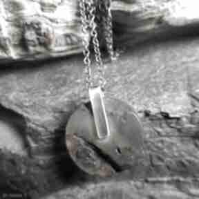 Minimalistyczny naszyjnik ze srebra i surowego bursztynu