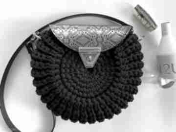 Szydełkowa torebka damska oreo czarna z ażurową klapką na ramię