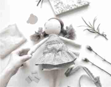 Lalka przytulanka szyta ręcznie laleczka minimalistyczna prosta