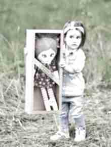 Lalka szmacianka frania opis pudełko lalki ateliermalegodesignu