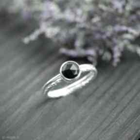 Srebrny pierścionek zdobiona obrączka z czarnym onyksem, oczkiem