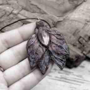 """Duży wisiorek """"leśny motyl"""" w odcieniach fioletu, różu i brązu"""