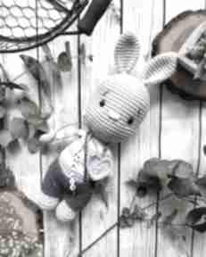 Szydełkowy króliczek eryczek maskotki miedzy motkami babyshower