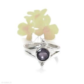 Subtelny srebrny pierścionek z ametystem artymateria