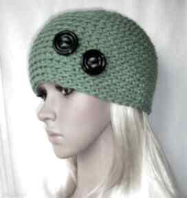 Samantha. Zielona ozdobna czapka z guziczkami