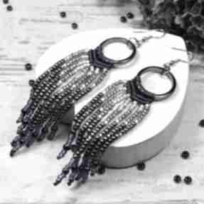 Długie kolczyki z koralików w odcieniach srebra i granatu