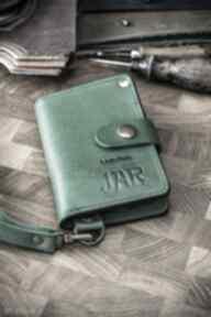 Mały skórzany portfel w kolorze zielonym, funkcjonalny ręcznie