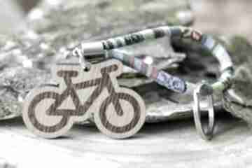 Brelok do kluczy boho rower z drewna dąb azteq breloki beezoo