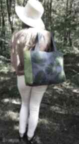 Torba z jeansu ozdobiona ręcznie malowanymi liśćmi na ramię