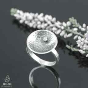 Srebrny pierścionek z cyrkonią i orientalnym wzorem obrączki