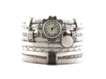 Zegarek - bransoletka w kolorze piaskowym z drewnianą zawieszką