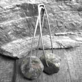 Minimalistyczne kolczyki srebrne z surowym bursztynem treendy