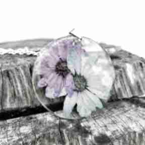 Naszyjnik z prawdziwymi kwiatami zatopionymi w żywicy z236