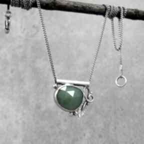 Zielony kamyk z listkiem naszyjniki amade studio delikatny