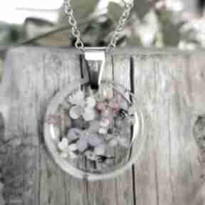 Wisiorek z delikatnymi kwiatami k122 wisiorki herbarium jewelry