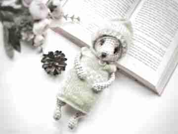 Miś dla dziecka w seledynowym sweterku i czapeczce zabawki d art