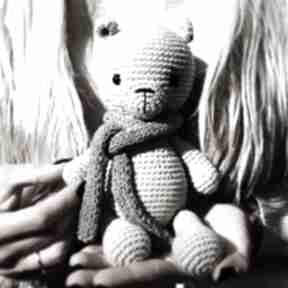 Urocza przytulanka miś zabawki miedzy motkami miś, roczek
