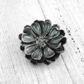 1283 mela broszka z żywicy kwiat, zieleń-złoto broszki art