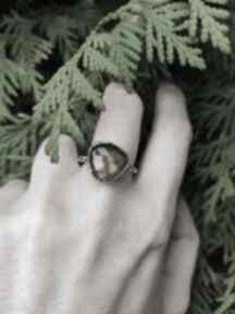 Srebrny pierścionek z labradorytem angry cat surowy