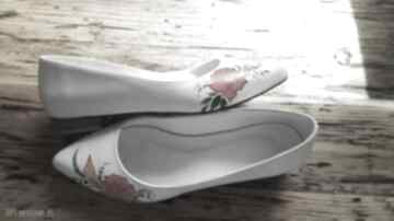 Baleriny ślubne z czerwonym kwiatem buty swarne folk, malowane