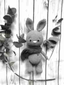 Szydełkowy króliczek w szaliczku zabawki miedzy motkami