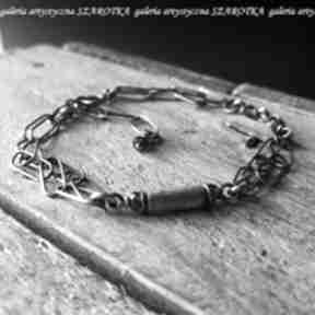 Subtelnie urozmaicona bransoletka z granatów i srebra szarotka