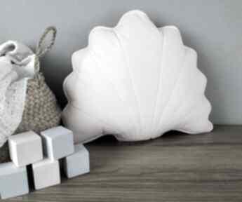 Różowa poduszka dekoracyjna dodatki kuferek malucha poduszka