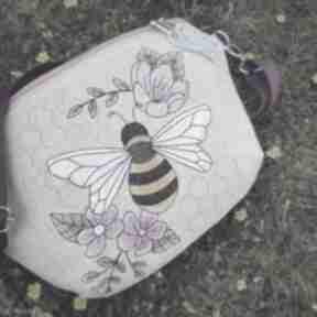 nerkinerka-lniana nerka-z-haftem pszczółka haftowana torebka
