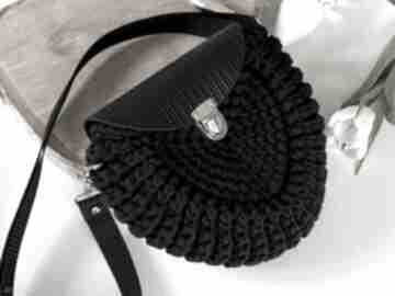 na ramię: Szydełkowa torebka damska listonoszka czarna