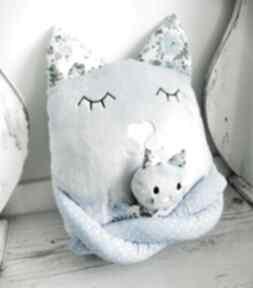 Poduszka dziecięca kot z dzieckiem maskotki ateliermalegodesignu