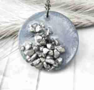 1054 mela - wisiorek z żywicy i kamieni, koło wisiorki art