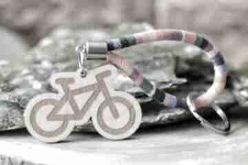 Brelok do kluczy boho rower z drewna klon rainbow breloki beezoo