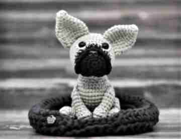 Buldog francuski buldożek - maskotka wykonana na szydełku