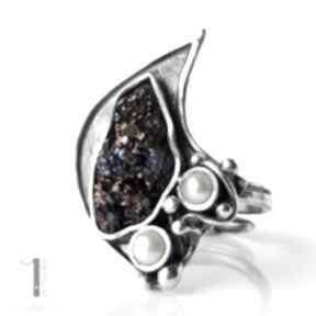 miechunka: metaloplastyka kwarc tytan perła pierścionek