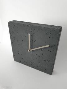Zegar z betonu stojący kwadro grafit zegary teslatimestudio
