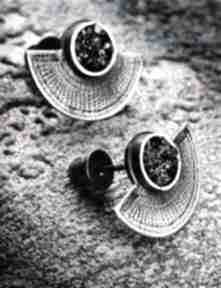 Srebrne oksydowane kolczyki wkrętki w etnicznym stylu, z czarnym