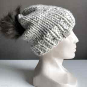 Ręcznie robiona czapka z pomponem odcienie beżu hand made czapki