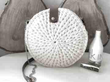 Szydełkowa torebka okrągła kremowa na ramię fabryqaprzytulanek