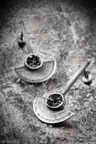 Srebrne kolczyki wkrętki półksiężyce, z karborundem, egipskie