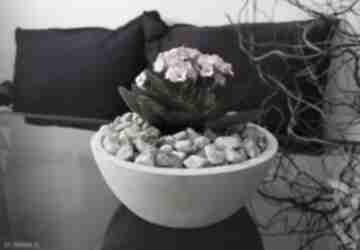Betonowa doniczka na kwiaty, okrągła miska przekąski i owoce