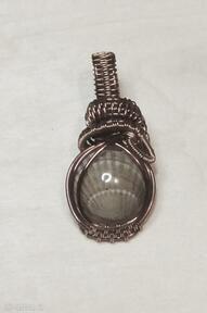 Szary bałtyk miniaturowa zawieszka żywicy miedzi prawdziwa muszla