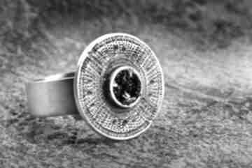Srebrny oksydowany pierścionek z karborundem, regulowany czarnym