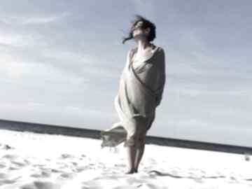 Duży lniany szal w naturalnym odcieniu szaliki anna damzyn szal